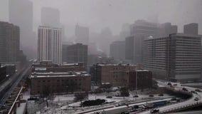 Schnee, der in Chicago-` s Westschleife mit Ansichten des Verkehrs fällt stock video