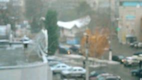 Schnee, der draußen, unscharf fällt stock video footage