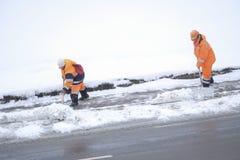 Schnee, der durch Leute von den öffentlichen Einrichtungen in Moskau sich klärt stockbilder