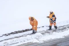 Schnee, der durch Leute von den öffentlichen Einrichtungen in Moskau sich klärt lizenzfreies stockbild