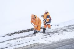 Schnee, der durch Leute von den öffentlichen Einrichtungen in Moskau sich klärt lizenzfreie stockfotos