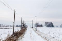 Schnee, der einen verlassenen Bauernhof bedeckt Lizenzfreie Stockfotografie