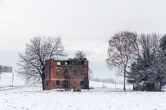 Schnee, der einen verlassenen Bauernhof bedeckt Lizenzfreie Stockbilder