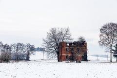 Schnee, der einen verlassenen Bauernhof bedeckt Stockfoto