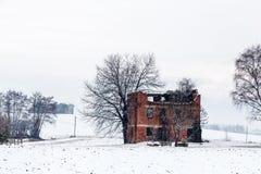 Schnee, der einen verlassenen Bauernhof bedeckt Lizenzfreies Stockfoto