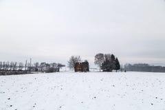 Schnee, der einen verlassenen Bauernhof bedeckt Stockbild