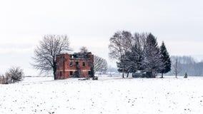 Schnee, der einen verlassenen Bauernhof bedeckt Lizenzfreie Stockfotos