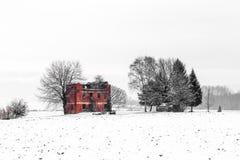 Schnee, der einen verlassenen Bauernhof bedeckt Lizenzfreies Stockbild