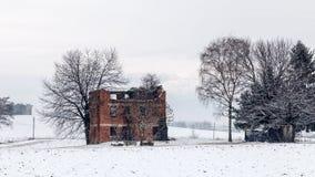 Schnee, der einen verlassenen Bauernhof bedeckt Stockfotos