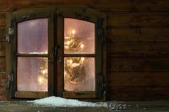 Schnee an der kleinen Weinlese-Fenster-Scheibe Stockbild