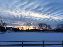 Schnee an der Landseite am Sonnenuntergangnachmittag Lizenzfreies Stockfoto