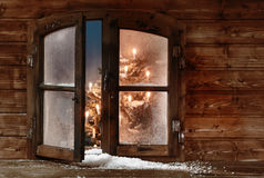 Schnee an der offenen hölzernen Weihnachtsfenster-Scheibe lizenzfreies stockbild