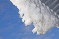 Schnee, der vom Dach hängt Lizenzfreie Stockbilder
