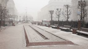 Schnee, der vom Himmel in der Stadt fällt Stadt im Winter Leute, die auf Schneewetter gehen stock video footage