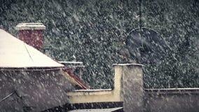 Schnee, der in Winterzeit fällt stock footage
