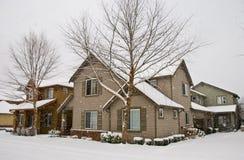 Schnee, der, Wohnhäuser und stree abdeckend fällt Lizenzfreie Stockbilder