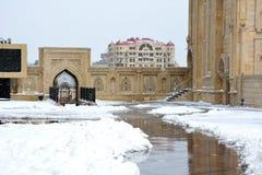 Schnee draußen innerhalb des Bodens von Baku Mosque stockfoto