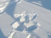 Schnee-Engel gemacht vom kleinen Mädchen stockbild