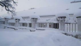 Schnee fällt auf das Tor der Villa stock video footage