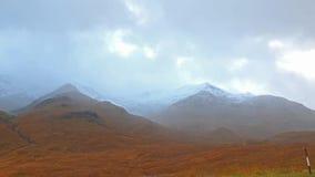 Schnee fällt in die Hochländer von Schottland stock video footage