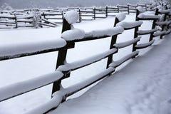 Schnee füllte Pferdehürden-Winterzeit ohne Pferde Flacher dep Lizenzfreie Stockfotografie