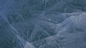 Schnee fliegt über Oberfläche des Eises Schneeflocken fliegen auf Eis vom Baikalsee Eis ist mit ungewöhnlichem einzigartigem sehr stock video