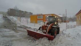 Schnee Front End Wheel Loader-freien Raumes von Fahrstraßen zu Kindergarten stock video