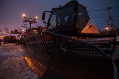 Schnee Groomers, die nach dem harten Tag auf dem Schnee Ski Resort schlafen Stockfotografie