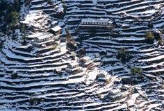 Schnee im Berg mit Gebäude Stockfotografie