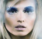 Schnee-Königindame der Schönheit junge in den feenhaften Blitzen mit Haarkrone an Lizenzfreies Stockfoto