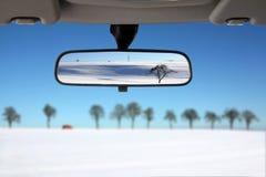 Schnee-Landschaft reflektiert im Autorückseitenspiegel Stockbilder