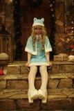 Schnee-Mädchen auf der Türstufe des Hauses verziert in der Weihnachtsart Stockbilder