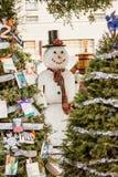 Schnee-Mann zwischen zwei Weihnachtsbaum Lizenzfreie Stockfotos