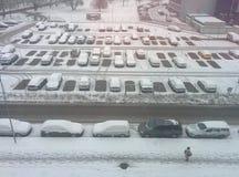 Schnee mit Auto zur Winterzeit stockfotos