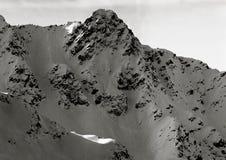 Schnee-mit einer Kappe bedeckte alpine Bergspitze auf Österreicher Tirol Stockfotos