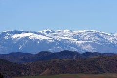 Schnee mit einer Kappe bedeckte Berge Stockfotos
