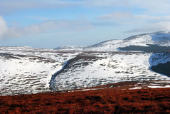 Schnee mit einer Kappe bedeckte Berge Stockbild