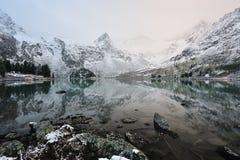 Schnee mit einer Kappe bedeckte Berge Lizenzfreies Stockfoto