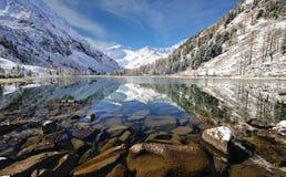 Schnee mit einer Kappe bedeckte Berge Stockbilder