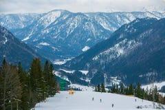 Schnee-mit einer Kappe bedeckte Berge für das Ski fahren lizenzfreies stockbild