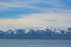 Schnee mit einer Kappe bedeckte Berge nahe Tromso Lizenzfreie Stockfotografie