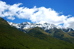 Schnee mit einer Kappe bedeckte Berge in NZ Stockbilder