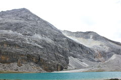 Schnee mit einer Kappe bedeckte Berge und farbiges Meer Lizenzfreies Stockbild