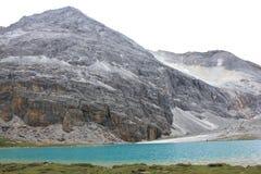 Schnee mit einer Kappe bedeckte Berge und farbiges Meer Stockfotos