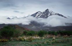 Schnee-mit einer Kappe bedeckte Berge von Kirgisistan nach Sonnenuntergang Lizenzfreie Stockfotografie