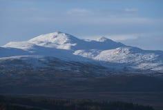 Schnee-mit einer Kappe bedeckte Berglandschaft in den schottischen Hochländern stockbilder
