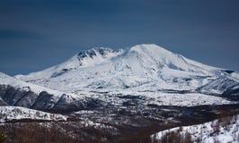 Schnee mit einer Kappe bedeckte Gebirgsspitze Lizenzfreie Stockfotos