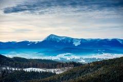 Schnee-mit einer Kappe bedeckte Karpaten-Berge lizenzfreies stockfoto