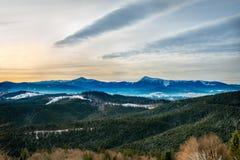 Schnee-mit einer Kappe bedeckte Karpaten-Berge stockbild