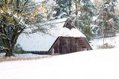 Schnee-mit einer Kappe bedeckte Schafhalle Stockbilder